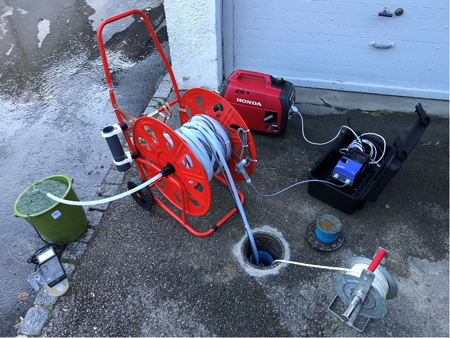 Mesures et échantillonnage d'eaux souterraines par pompage sur un site pollué.