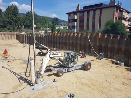 Sécurisation d'une fouille située dans la nappe phréatique à l'aide d'un rideau de palplanches combiné à un système de pompage des eaux souterraines.